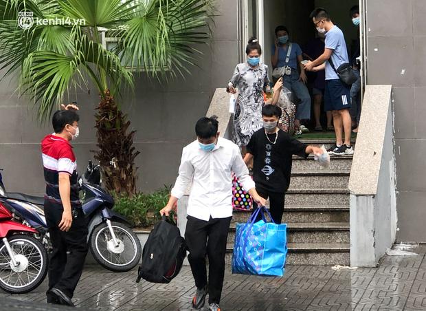 Hà Nội: Hàng trăm sinh viên KTX Mỹ Đình 2 đội mưa chuyển đồ, nhường chỗ cho khu cách ly Covid-19 - Ảnh 3.