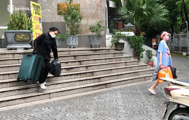 Hà Nội: Hàng trăm sinh viên KTX Mỹ Đình 2 đội mưa chuyển đồ, nhường chỗ cho khu cách ly Covid-19 - Ảnh 10.