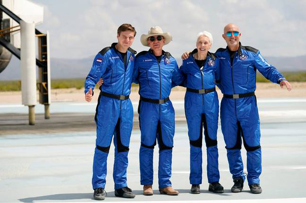 Tỷ phú Jeff Bezos bay vào vũ trụ bằng con tàu hình của quý khổng lồ, đây là lý do tại sao - Ảnh 3.