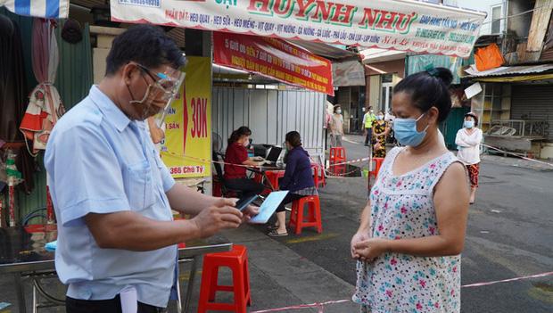 Người dân TP.HCM có thể được phát thẻ đi chợ cách 2-3 ngày/lần - Ảnh 1.