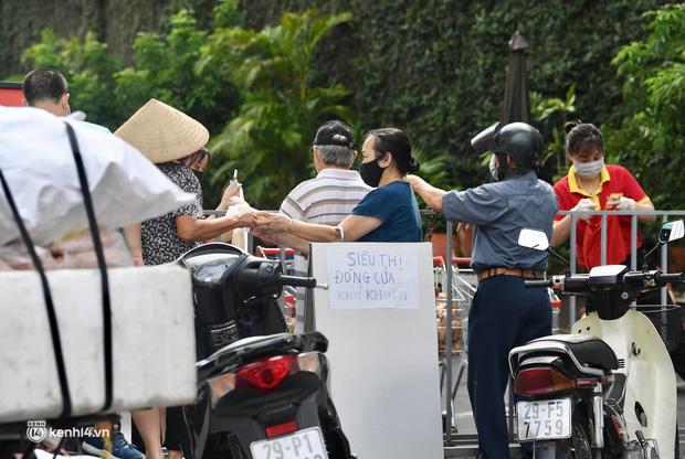 Hà Nội ngày đầu giãn cách: Nhân viên một siêu thị đi chợ hộ người dân - Ảnh 11.