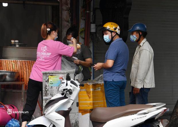 Hà Nội ngày đầu giãn cách: Nhân viên một siêu thị đi chợ hộ người dân - Ảnh 7.