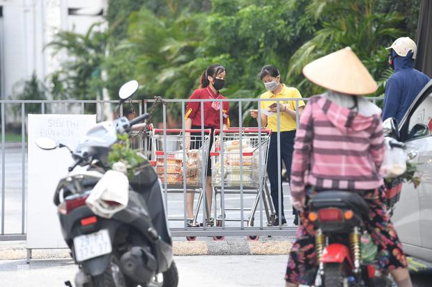 Hà Nội ngày đầu giãn cách: Nhân viên một siêu thị đi chợ hộ người dân - Ảnh 10.