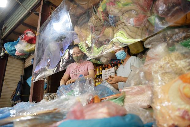 Hà Nội: Chợ dân sinh đầu tiên quây nylon kín mít để phòng tránh Covid-19 khi bán hàng - Ảnh 1.