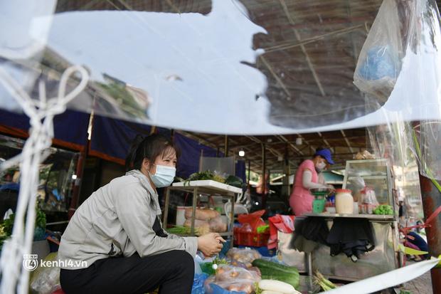 Hà Nội: Chợ dân sinh đầu tiên quây nylon kín mít để phòng tránh Covid-19 khi bán hàng - Ảnh 2.