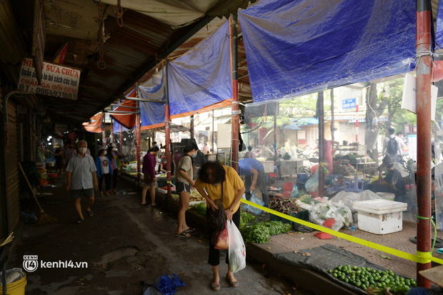 Hà Nội: Chợ dân sinh đầu tiên quây nylon kín mít để phòng tránh Covid-19 khi bán hàng - Ảnh 11.