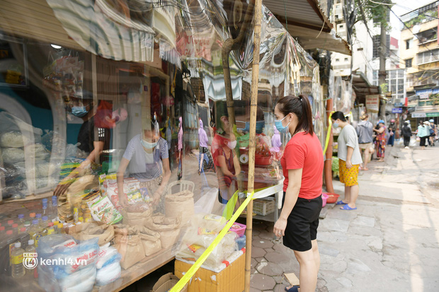 Hà Nội: Chợ dân sinh đầu tiên quây nylon kín mít để phòng tránh Covid-19 khi bán hàng - Ảnh 12.