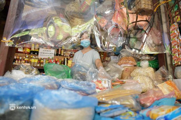 Hà Nội: Chợ dân sinh đầu tiên quây nylon kín mít để phòng tránh Covid-19 khi bán hàng - Ảnh 8.