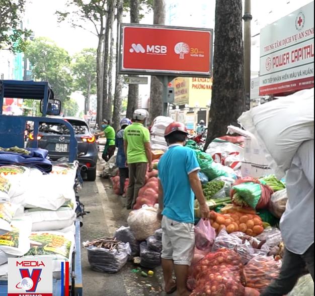 Góc ấm lòng ở Sài Gòn: Bà chủ chuỗi quán chay Mãn Tự mở 'chợ rau' 0 đồng lớn nhất Sài Gòn, mỗi ngày tặng 20 tấn rau & nấu 5-7 ngàn suất ăn - Ảnh 5.