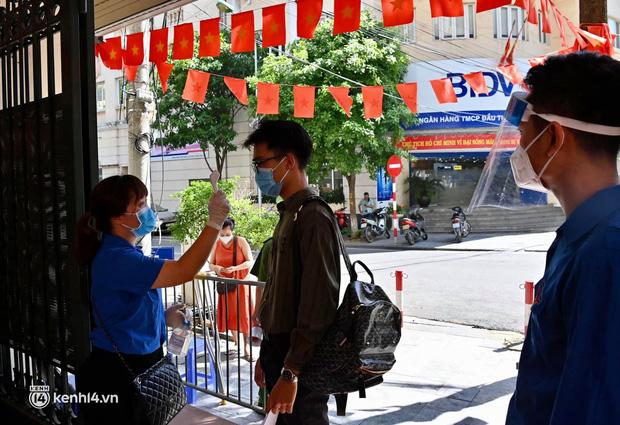 Ảnh: Hà Nội bắt đầu chiến dịch tiêm vắc xin Covid-19 cho người dân trên diện rộng - Ảnh 1.