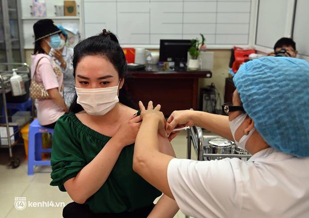 Ảnh: Hà Nội bắt đầu chiến dịch tiêm vắc xin Covid-19 cho người dân trên diện rộng - Ảnh 11.