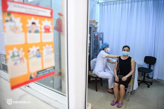 Ảnh: Hà Nội bắt đầu chiến dịch tiêm vắc xin Covid-19 cho người dân trên diện rộng - Ảnh 12.