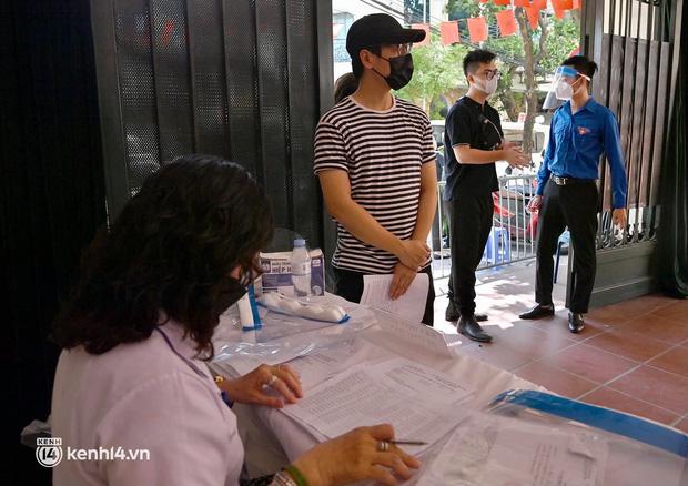 Ảnh: Hà Nội bắt đầu chiến dịch tiêm vắc xin Covid-19 cho người dân trên diện rộng - Ảnh 3.
