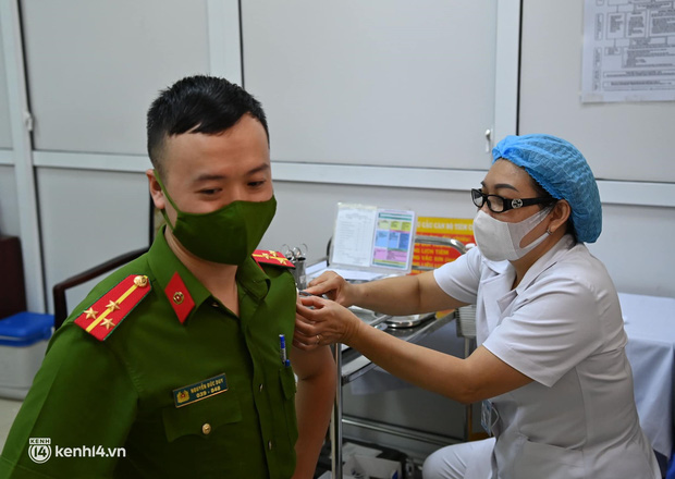 Ảnh: Hà Nội bắt đầu chiến dịch tiêm vắc xin Covid-19 cho người dân trên diện rộng - Ảnh 4.