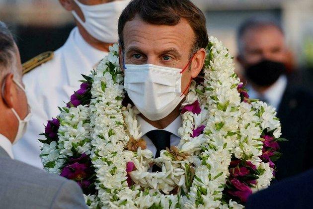 Khoảnh khắc hot nhất hôm nay: Tổng thống Pháp bất đắc dĩ thành cây hoa di động, nét mặt của ông càng gây chú ý - Ảnh 6.