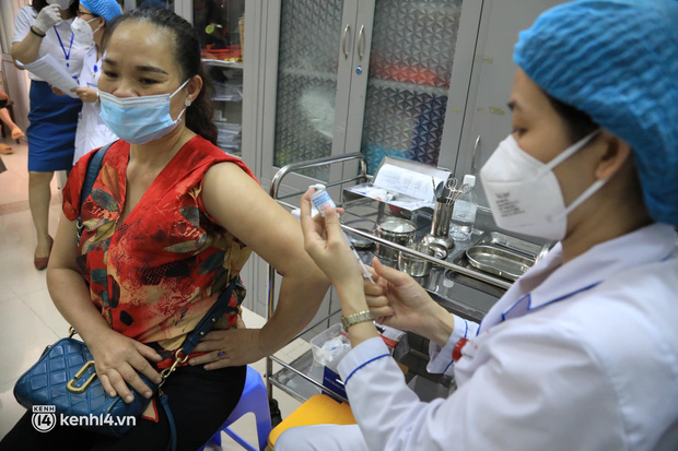 Ảnh: Hà Nội bắt đầu chiến dịch tiêm vắc xin Covid-19 cho người dân trên diện rộng - Ảnh 9.