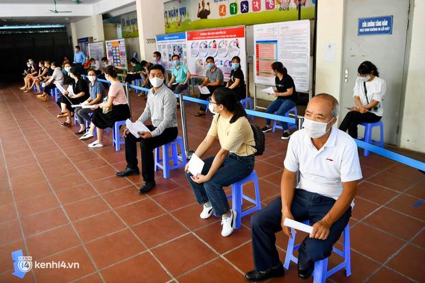 Ảnh: Hà Nội bắt đầu chiến dịch tiêm vắc xin Covid-19 cho người dân trên diện rộng - Ảnh 10.
