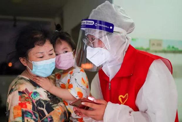 Hoảng hồn nhìn cảnh dân Thái Lan đổ xô đi tiêm vắc-xin Covid-19 - Ảnh 2.