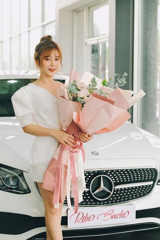 Nhóm hài giàu nhất Việt Nam: Người sắm Mercedes C Class 2018 tiền tỷ, vung tay chi trăm triệu kỉ niệm 3 tháng yêu đương, người mua Mercedes E250 sang trọng - Ảnh 4.