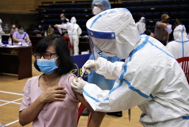 Đà Nẵng kêu gọi y bác sĩ về hưu hỗ trợ chiến dịch tiêm vắc xin phòng Covid-19 cho người dân - Ảnh 1.