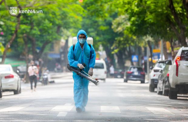 Ảnh, clip: Hà Nội đưa 50 F1 tại quận Hai Bà Trưng đi cách ly tập trung - Ảnh 2.