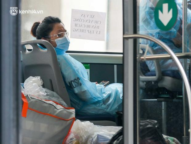 Ảnh, clip: Hà Nội đưa 50 F1 tại quận Hai Bà Trưng đi cách ly tập trung - Ảnh 5.