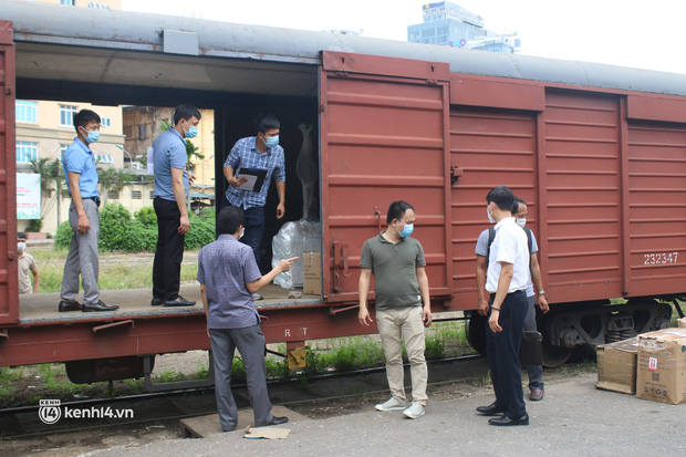 Chuyến tàu từ Hà Nội chở hơn 10 tấn thiết bị y tế chi viện cho tâm dịch TP Hồ Chí Minh - Ảnh 1.