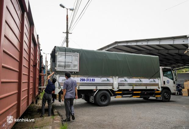 Chuyến tàu từ Hà Nội chở hơn 10 tấn thiết bị y tế chi viện cho tâm dịch TP Hồ Chí Minh - Ảnh 2.