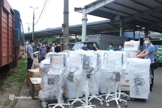 Chuyến tàu từ Hà Nội chở hơn 10 tấn thiết bị y tế chi viện cho tâm dịch TP Hồ Chí Minh - Ảnh 12.