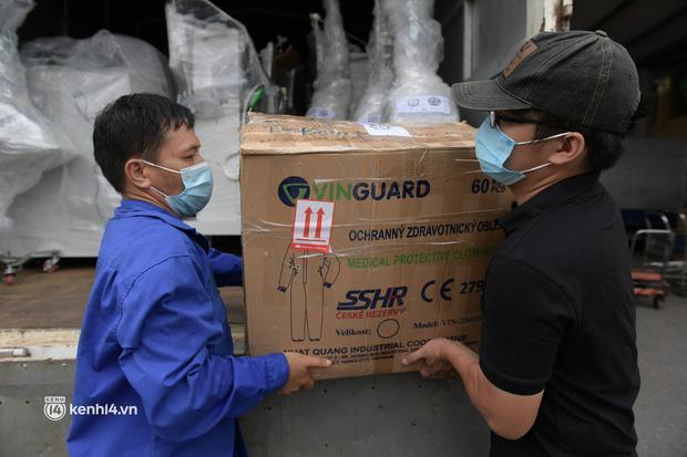 Chuyến tàu từ Hà Nội chở hơn 10 tấn thiết bị y tế chi viện cho tâm dịch TP Hồ Chí Minh - Ảnh 3.