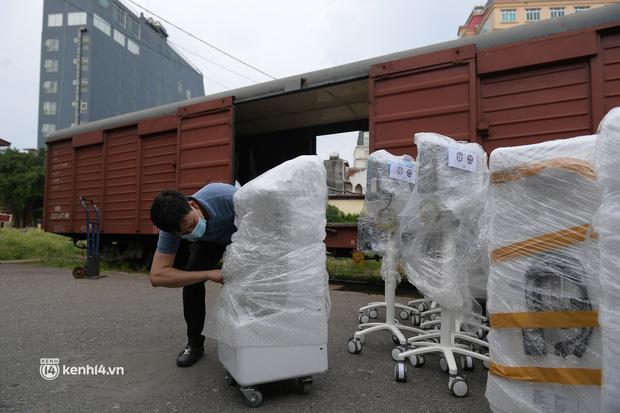 Chuyến tàu từ Hà Nội chở hơn 10 tấn thiết bị y tế chi viện cho tâm dịch TP Hồ Chí Minh - Ảnh 7.