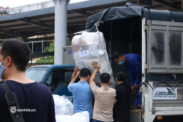 Chuyến tàu từ Hà Nội chở hơn 10 tấn thiết bị y tế chi viện cho tâm dịch TP Hồ Chí Minh - Ảnh 9.