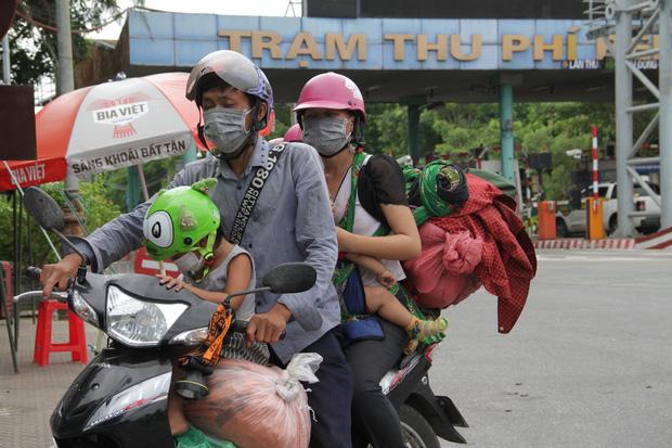 Hành trình 1400 km chạy xe máy từ miền Nam về quê của những người lao động nghèo tha hương - Ảnh 2.
