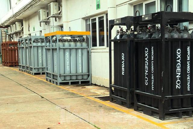 Cận cảnh nhà máy sản xuất oxy y tế khổng lồ phục vụ bệnh viện điều trị COVID-19  - Ảnh 1.