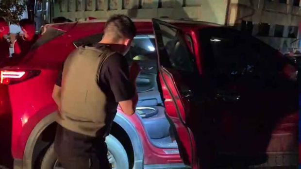 Video: Hàng chục cảnh sát chặn bắt chiếc ô tô chở ma túy và vũ khí nóng như phim hành động - Ảnh 3.