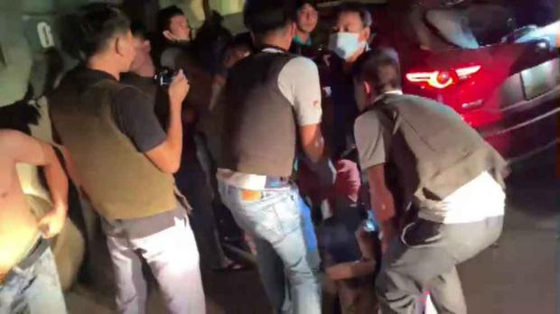 Video: Hàng chục cảnh sát chặn bắt chiếc ô tô chở ma túy và vũ khí nóng như phim hành động - Ảnh 4.
