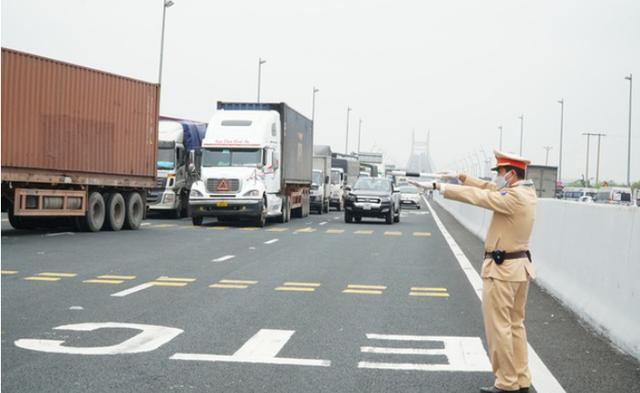 TP Hồ Chí Minh: Phương tiện dán mã QR được lưu thông xuyên suốt, tạo điều kiện vận chuyển hàng hóa  - Ảnh 1.
