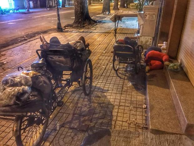 Bộ ảnh về người vô gia cư lay lắt trong đêm Sài Gòn giãn cách và những điều ấm áp nhỏ bé khiến ai cũng rưng rưng - Ảnh 2.