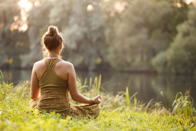 Lấy lại động lực sống giữa thời buổi khó khăn bằng 10 thói quen chăm sóc bản thân không tốn 1 xu: Cuộc sống là một tấm gương; bạn cười với nó và nó sẽ cười lại với bạn  - Ảnh 2.
