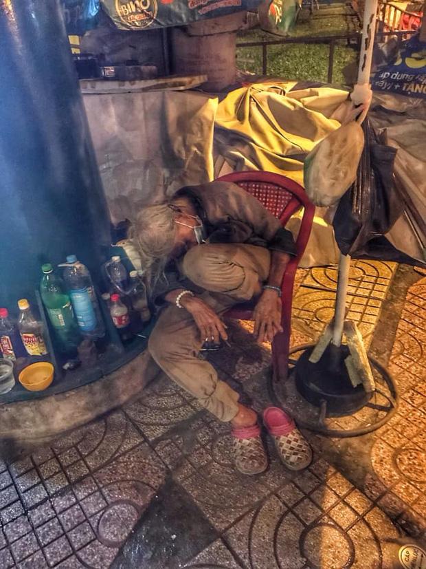 Bộ ảnh về người vô gia cư lay lắt trong đêm Sài Gòn giãn cách và những điều ấm áp nhỏ bé khiến ai cũng rưng rưng - Ảnh 13.