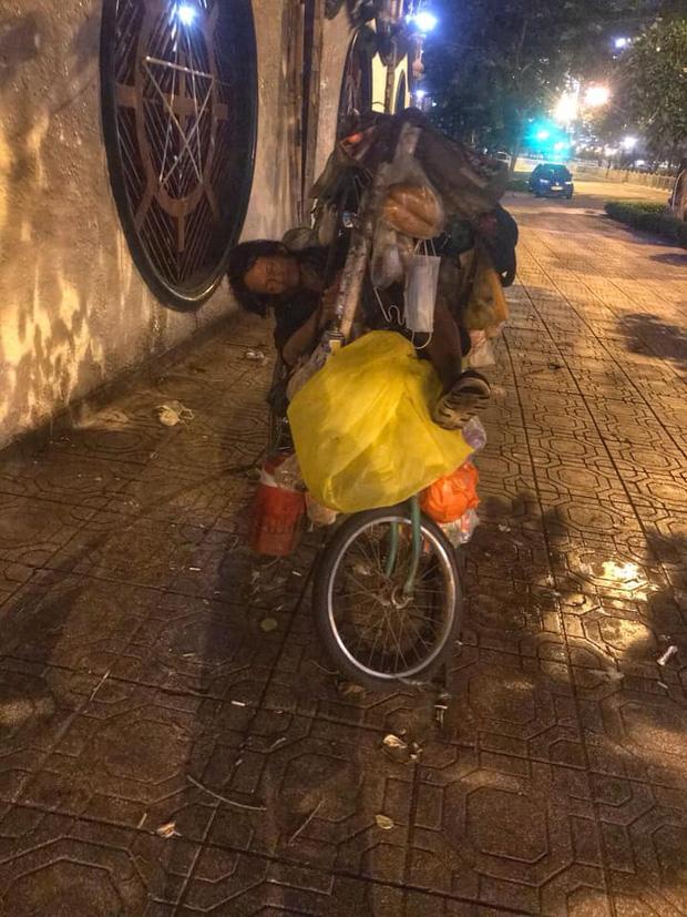 Bộ ảnh về người vô gia cư lay lắt trong đêm Sài Gòn giãn cách và những điều ấm áp nhỏ bé khiến ai cũng rưng rưng - Ảnh 14.
