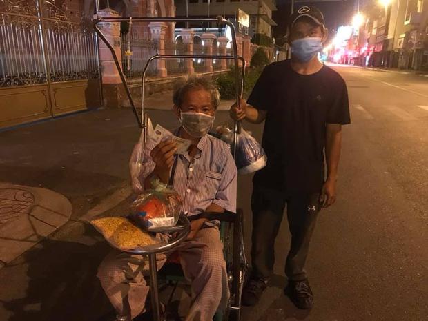 Bộ ảnh về người vô gia cư lay lắt trong đêm Sài Gòn giãn cách và những điều ấm áp nhỏ bé khiến ai cũng rưng rưng - Ảnh 9.
