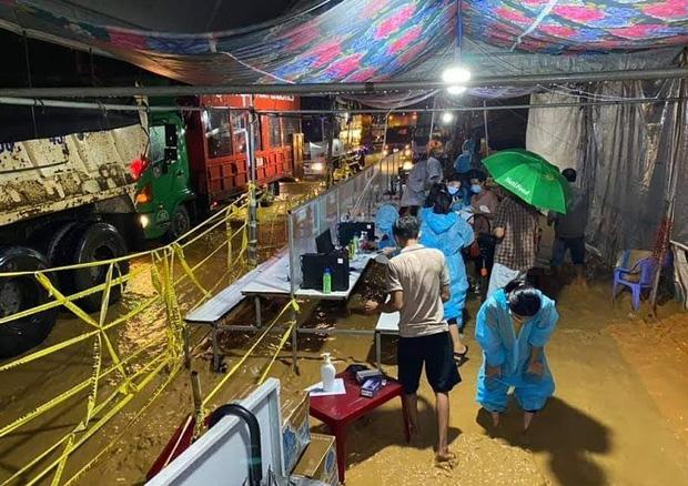 Cảm động hình ảnh lực lượng tuyến đầu Lâm Đồng làm việc trong tình cảnh nước lũ, lốc xoáy - Ảnh 1.