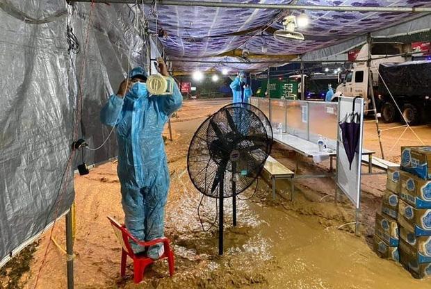 Cảm động hình ảnh lực lượng tuyến đầu Lâm Đồng làm việc trong tình cảnh nước lũ, lốc xoáy - Ảnh 3.