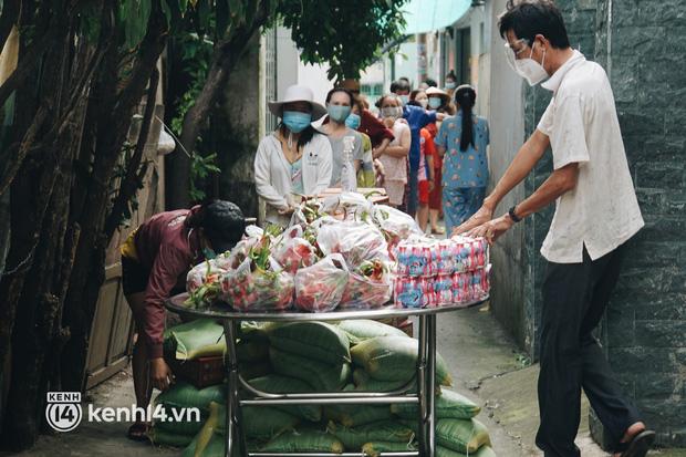 Vay ngân hàng để xây dãy trọ nhưng anh chủ vẫn giảm tiền thuê, còn mua tặng thực phẩm cho bà con nghèo ở Sài Gòn - Ảnh 1.