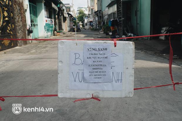 Vay ngân hàng để xây dãy trọ nhưng anh chủ vẫn giảm tiền thuê, còn mua tặng thực phẩm cho bà con nghèo ở Sài Gòn - Ảnh 11.
