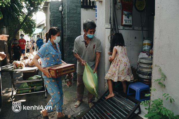 Vay ngân hàng để xây dãy trọ nhưng anh chủ vẫn giảm tiền thuê, còn mua tặng thực phẩm cho bà con nghèo ở Sài Gòn - Ảnh 5.