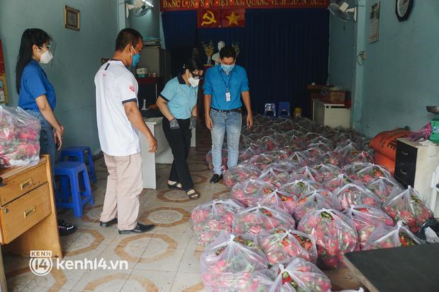Vay ngân hàng để xây dãy trọ nhưng anh chủ vẫn giảm tiền thuê, còn mua tặng thực phẩm cho bà con nghèo ở Sài Gòn - Ảnh 7.