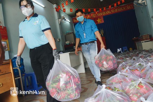 Vay ngân hàng để xây dãy trọ nhưng anh chủ vẫn giảm tiền thuê, còn mua tặng thực phẩm cho bà con nghèo ở Sài Gòn - Ảnh 8.