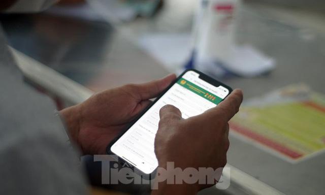 Bộ Công an bắt đầu quét mã QR Code cho xe cá nhân tại 23 chốt kiểm soát dịch ở Hà Nội  - Ảnh 2.